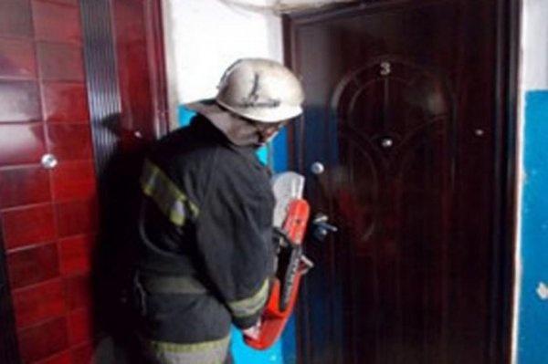 Жители посёлка Свердлова из-за Нового года не могли вскрыть квартиру с умершим