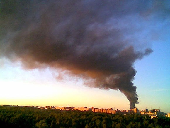 Пожар на складе автозапчастей в промзоне Парнас ликвидирован