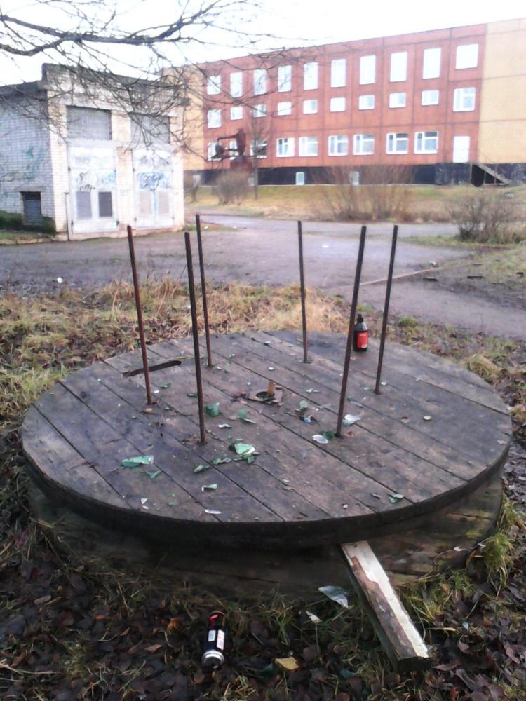 Возле школы во Всеволожске больше трех лет не убирают катушку от кабеля с острыми штырями