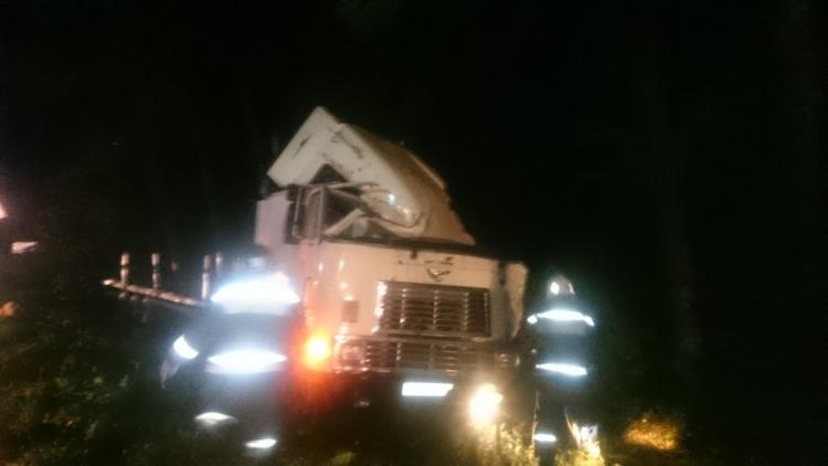 Водитель фуры попал в реанимацию после ночной аварии на Дороге жизни