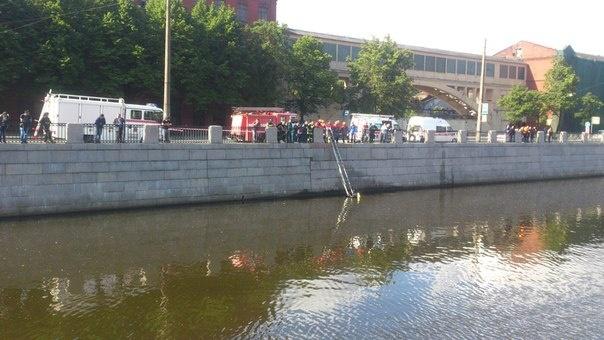 В Обводный канал упал автомобиль