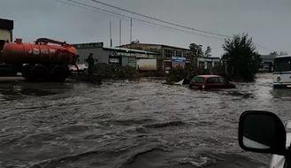 В Мурино водители топят свои машины в гигантской луже