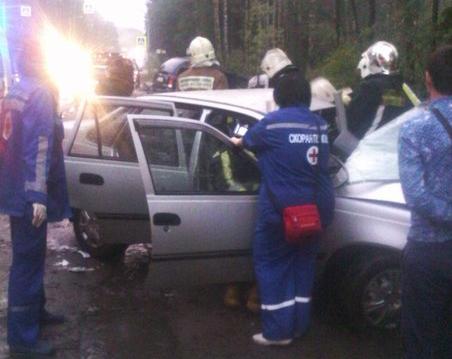 Водителя вырезали из легковушки после лобового столкновения в Ленобласти