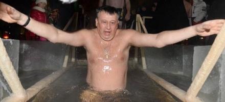 Александр Дрозденко окунулся в прорубь в -19