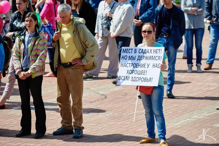 Фото с минитинга 18 июня на Юбилейной площади Всеволожска. За детсады и школы! За дороги и транспортные развязки! За парки и озёра!